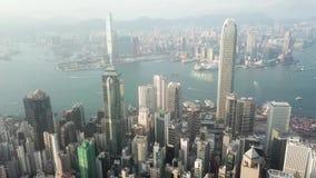 Hong Kong-geschotene antenne het vliegen over de wolkenkrabbers en de baai stock video