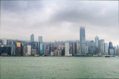 Hong Kong, gratte-ciel, nuages Images stock