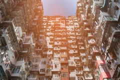 Hong Kong ha ammucchiato la vista dal basso dell'appartamento della residenza Fotografia Stock Libera da Diritti