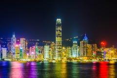 Hong Kong-het landschap bij nacht bestaat uit een gebouw met kleurrijke lichten wordt verfraaid dat stock fotografie