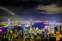 Hong Kong-het landschap bij nacht bestaat uit een gebouw met kleurrijke lichten wordt verfraaid dat stock afbeelding