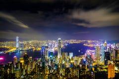 Hong Kong-het landschap bij nacht bestaat uit een gebouw met kleurrijke lichten wordt verfraaid dat stock foto's