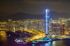 Hong Kong-het landschap bij nacht bestaat uit een gebouw met kleurrijke lichten wordt verfraaid dat royalty-vrije stock foto