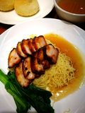 Hong Kong-het varkensvlees charsiew noedels en dim sum van het stijlbraadstuk Stock Foto