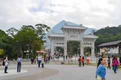 HONG KONG, HONG KONG - 8 de dezembro de 2013: Porta da entrada ao Po Lin Monastery foto de stock royalty free