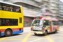 Hong Kong, Hong Kong SAR - 13 de novembro de 2014: Horas de ponta em Hong Kong, ônibus no movimento borrado Imagens de Stock