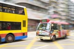 Hong Kong, Hong Kong SAR - 13 de noviembre de 2014: Hora punta en Hong Kong, autobuses en el movimiento borroso Imagenes de archivo