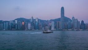 Hong Kong horisont med sikt av den Victoria Harbour natten till dagtidschackningsperioden 4K stock video