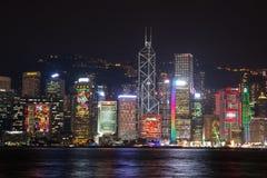 Hong Kong horisont på natten från över Victoria Harbor Royaltyfri Foto
