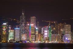 Hong Kong horisont på natten från över Victoria Harbor Fotografering för Bildbyråer