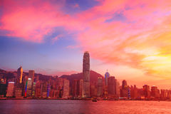 Hong Kong-horizon met zonsondergang stock foto