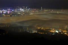 Hong Kong i en dimmig natt - min granne royaltyfri fotografi