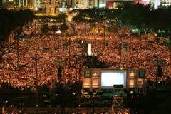 HONG KONG, IL 4 GIUGNO: La gente unisce i memoriali per il Tiananmen S Fotografia Stock Libera da Diritti