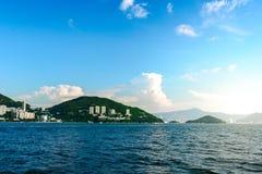 Hong Kong-Inselhügel mit Wolken und Reisekonzept des blauen Himmels Stockbild