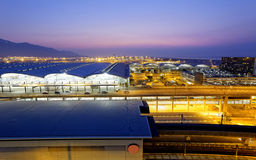 Hong Kong International Airport na noite Imagem de Stock Royalty Free