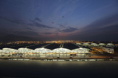 Hong Kong internationell flygplats på Chek Lap Kok vid natt Royaltyfria Bilder