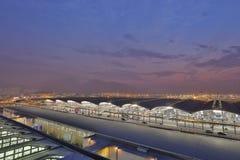 Hong Kong internationell flygplats på Chek Lap Kok vid natt Arkivbild