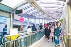 Hong Kong - Januari 13, 2018: Folket flyttar sig upp på rulltrappan på Arkivbild