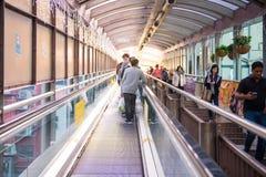Hong Kong - Januari 13, 2018: Folket flyttar sig upp på rulltrappan på Royaltyfria Bilder