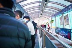 Hong Kong - Januari 13, 2018: Folket flyttar sig upp på rulltrappan på Royaltyfri Fotografi