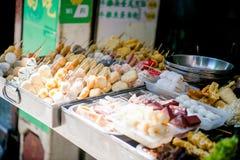Hong Kong - Januari 14, 2018: Hong Kong gatamat på stal mat Fotografering för Bildbyråer