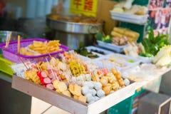 Hong Kong - Januari 14, 2018: Hong Kong gatamat på stal mat Arkivfoton