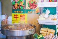 Hong Kong - Januari 14, 2018: Hong Kong gatamat på stal mat Arkivbild