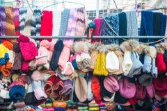 Hong Kong - Januari 10, 2018: Hatten shoppar på att gå gatan i fa Y Arkivfoto