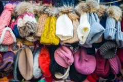Hong Kong - Januari 10, 2018: Hatten shoppar på att gå gatan i fa Y Royaltyfri Fotografi