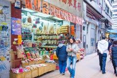 Hong Kong - Januari 10,2018: Oidentifierat folk på den Wing Lok stren arkivbilder