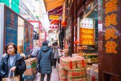 Hong Kong - Januari 10,2018: Oidentifierat folk på den Wing Lok stren royaltyfria foton