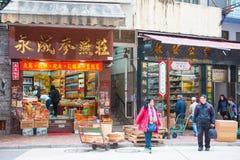 Hong Kong - Januari 10,2018: Oidentifierat folk på den Wing Lok stren royaltyfri bild