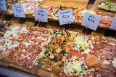 Hong Kong - Januari 11, 2018: Olik smaklig pizza i bageri shoppar Royaltyfri Fotografi