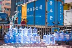 Hong Kong - Januari 10, 2018: Plast- vatten för gal. i stad Royaltyfri Foto