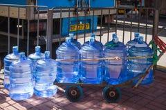 Hong Kong - Januari 10, 2018: Plast- vatten för gal. i stad Royaltyfri Fotografi