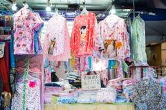 Hong Kong - Januari 10, 2018: Sleepwear shoppar på att gå gata I Arkivbild