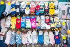 Hong Kong - Januari 10, 2018: Sockan shoppar på att gå gatan på fa Royaltyfri Fotografi