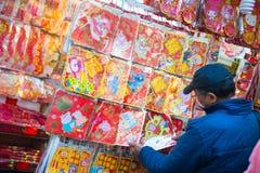 Hong Kong - Januari 10, 2018: Souvenir shoppar på att gå gatan in Arkivbilder