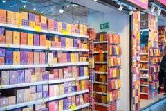 Hong Kong - Januari 10, 2018: Souvenir shoppar på att gå gatan in Royaltyfri Bild