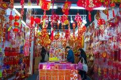Hong Kong - Januari 10, 2018: Souvenir shoppar på att gå gatan in Arkivfoto