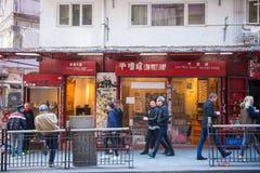 Hong Kong - Januari 14, 2018: Traditionell kinesisk stil shoppar in Arkivbild