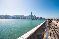 Hong Kong - Januari 10, 2018: Turister som kopplar av runt om Victoria Royaltyfri Bild