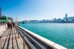 Hong Kong - Januari 10, 2018: Turister som kopplar av runt om Victoria Royaltyfria Foton