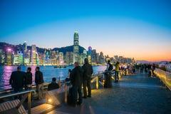 Hong Kong - Januari 10, 2018: Turister som kopplar av runt om Victoria Royaltyfria Bilder