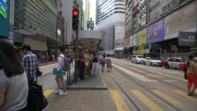 HONG KONG - 10. JULI 2017: Leute, die herüber in Dammbucht gehen stock footage