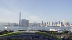 HONG KONG, Juli 2018 - luchtmening van de stad, het park en de wegen stock video