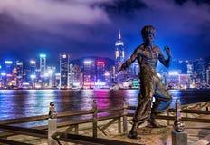 Hong Kong JUNI 08, bruce läs staty på natten i Hongkong arkivfoto