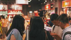 HONG KONG - JUNI 26, 2018: De mensen overbevolken in Hong Kong-afzet Het winkelen in Hongkong stock video