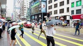 Hong Kong Kina - Augusti 15, 2018: Gångarekorsning zebramarkering på den upptagna gatan stock video