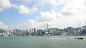 Hong Kong Kina - Augusti 15, 2018: Sikten för den Tid schackningsperioden av modernt skyskrapor och färjatrans. trafikerar på Vic lager videofilmer
